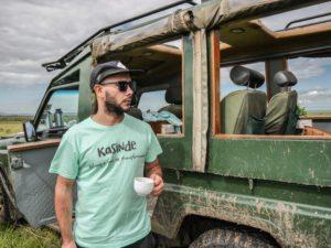 Viajero Kasinde en el jeep 4x4 en Maasai Mara